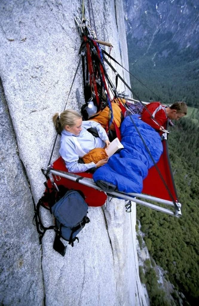 0 1806a2 78cdea3a orig - Ночевка альпинистов на отвесной скале
