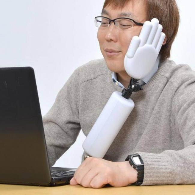 © daily.rabbit      Искусственная рука нетолько поможет расслабить шею, ноине