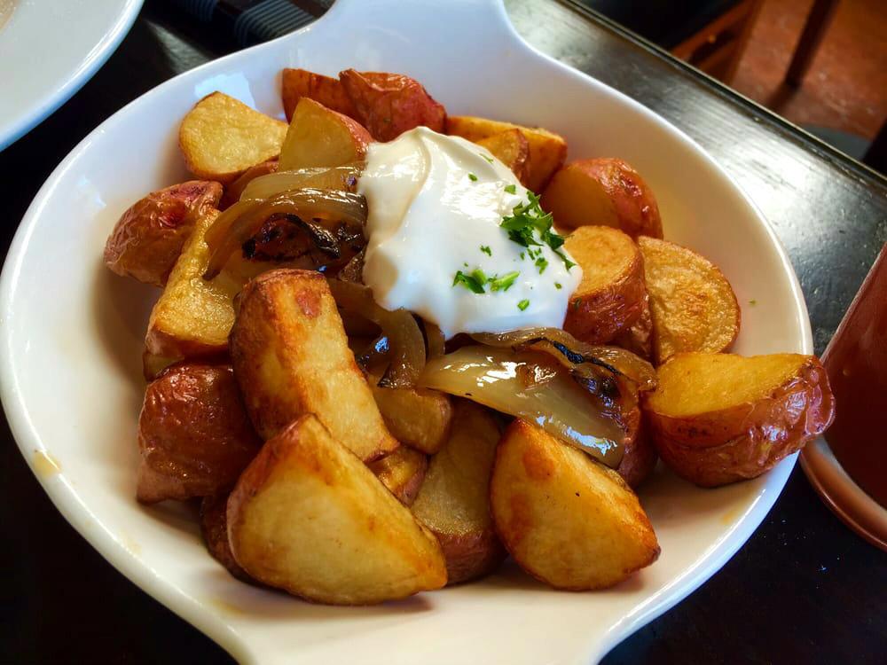 Картофель часто упоминают в списках продуктов, которые нужно изгнать из рациона во славу правильного