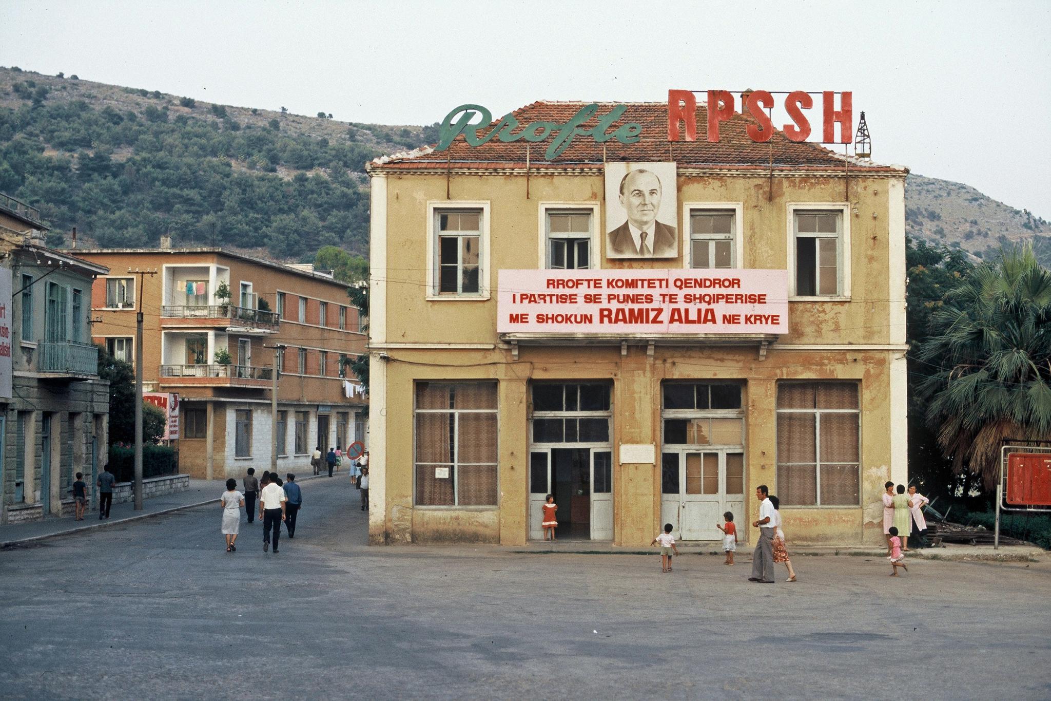 Албанские города в 1987 году выглядели просто стерильно, при полном отсутствии автотранспорта.