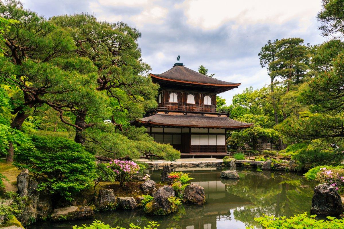 Как и Гинкаку-дзи, или Серебряный павильон.