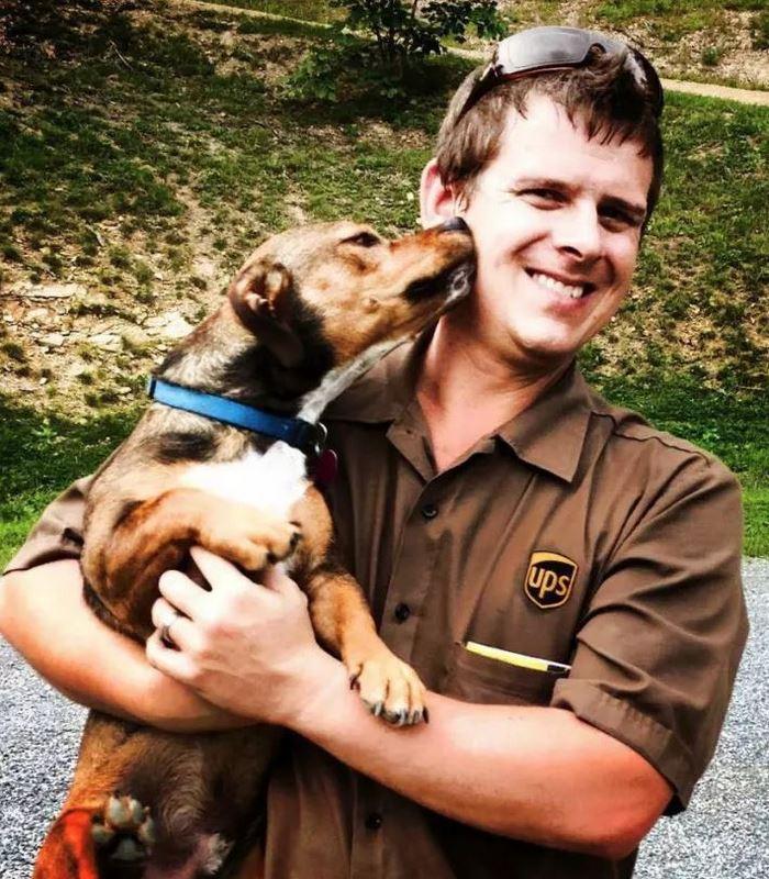 Лучший друг по переписке: как собаки встречают американских почтальонов (17 фото)