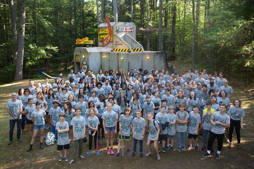 Дети построили межгалактическую космическую станцию в самом центре леса