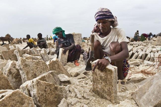 В Данакильской котловине в Эфиопии проживает народ афар, известный своей способностью выносить экстр
