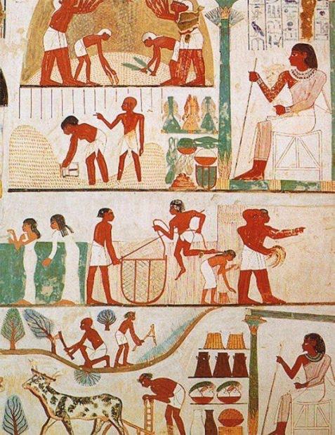 Слева: костюм шумерского царя. Поясная одежда и длинный плащ с золотой бахромой. Справа: жен