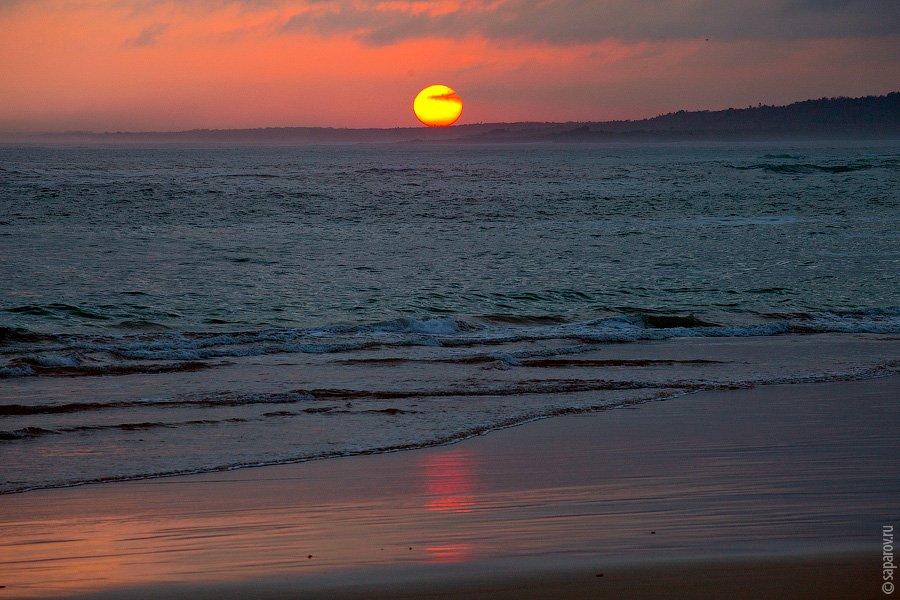 Каждый день после 5 вечера на берегу собирается много людей — туристов и местных, чтобы полюбоваться