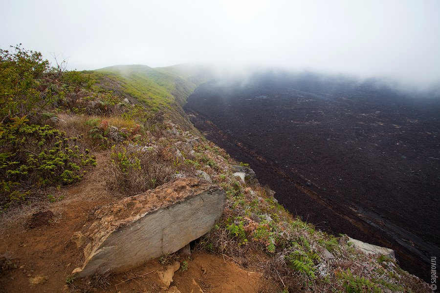 Чтобы добраться до вулкана, нужно пройти несложный трек — примерно 2 часа в одну сторону. Вершина кр
