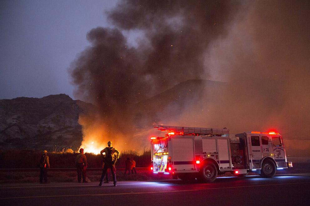 26. Лесные пожары в округе Вентура, Калифорния. (Фото Mario Tama):