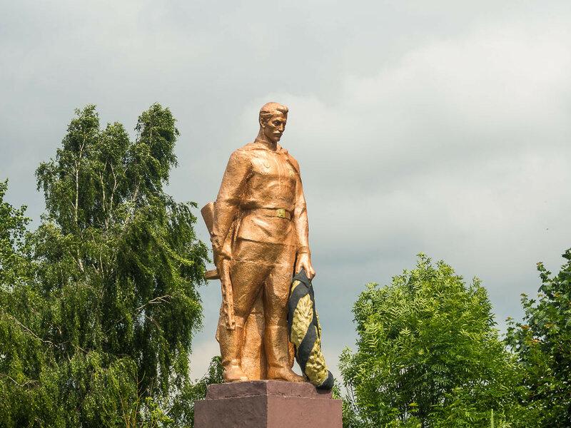 """Как и """"золотая"""" статуя."""