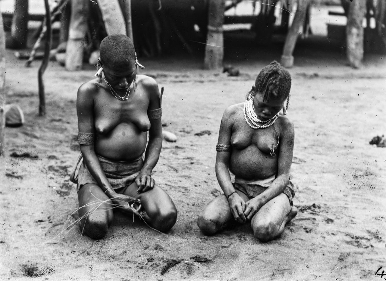Две женщины во время плетения браслетов