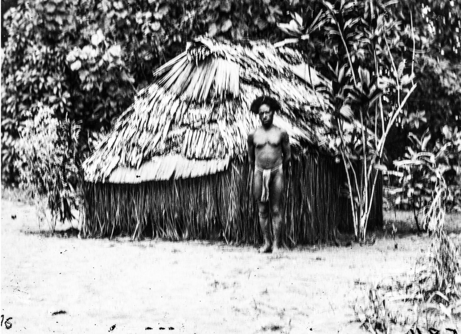 Мужчина перед небольшим Тамбаном