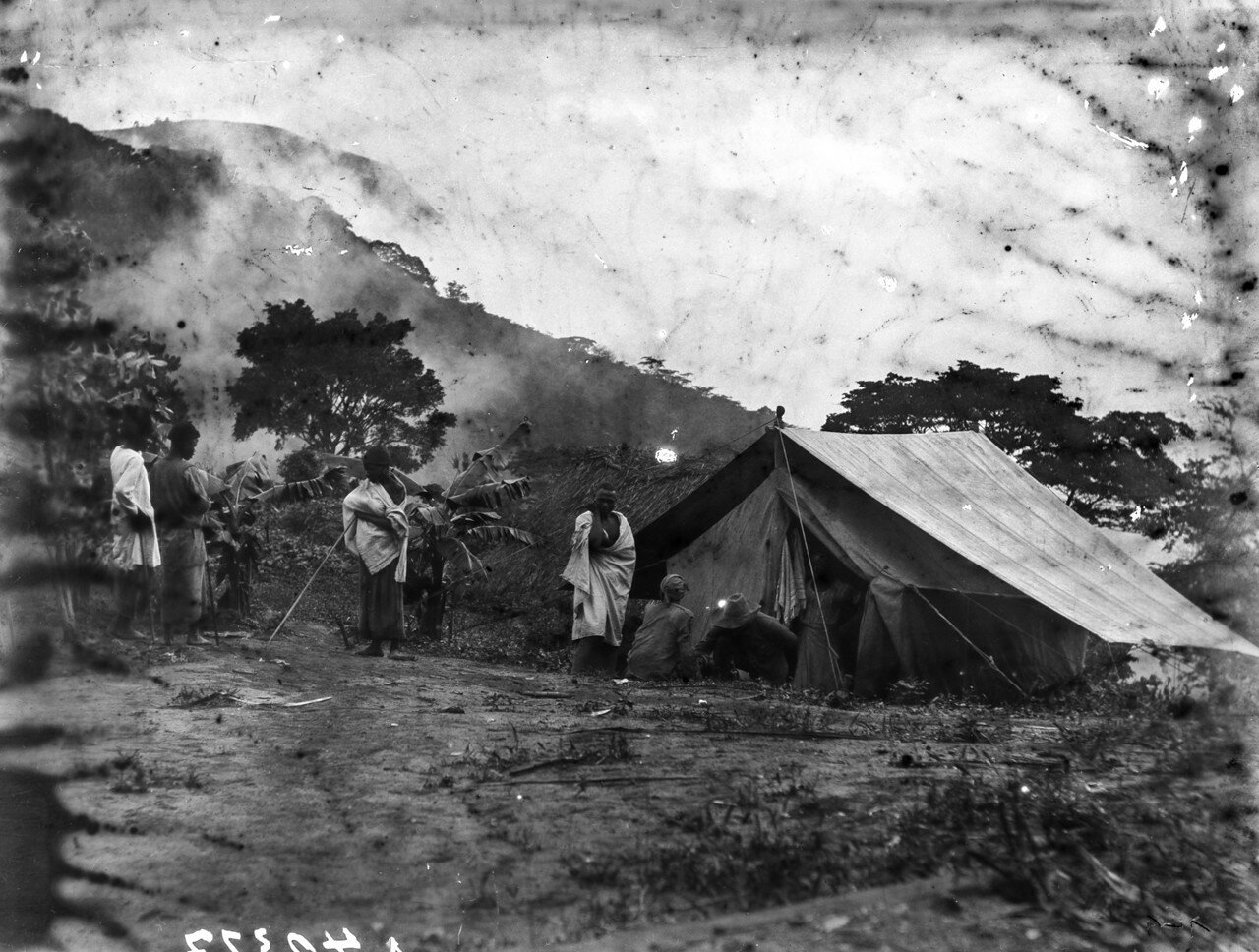 34. Люди перед палаткой в утреннем тумане