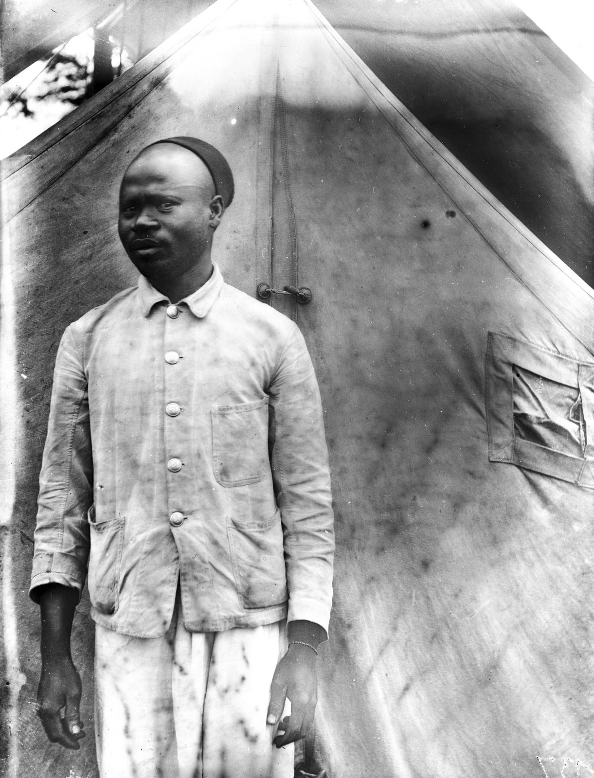 45. Портрет мужчины перед палаткой
