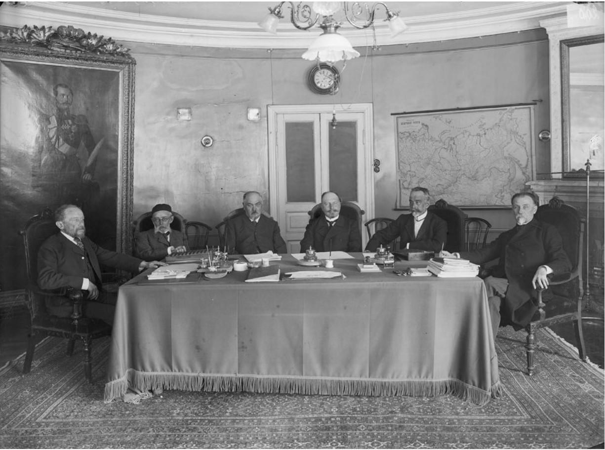 Председатель Александровского общественного банка с группой деятелей