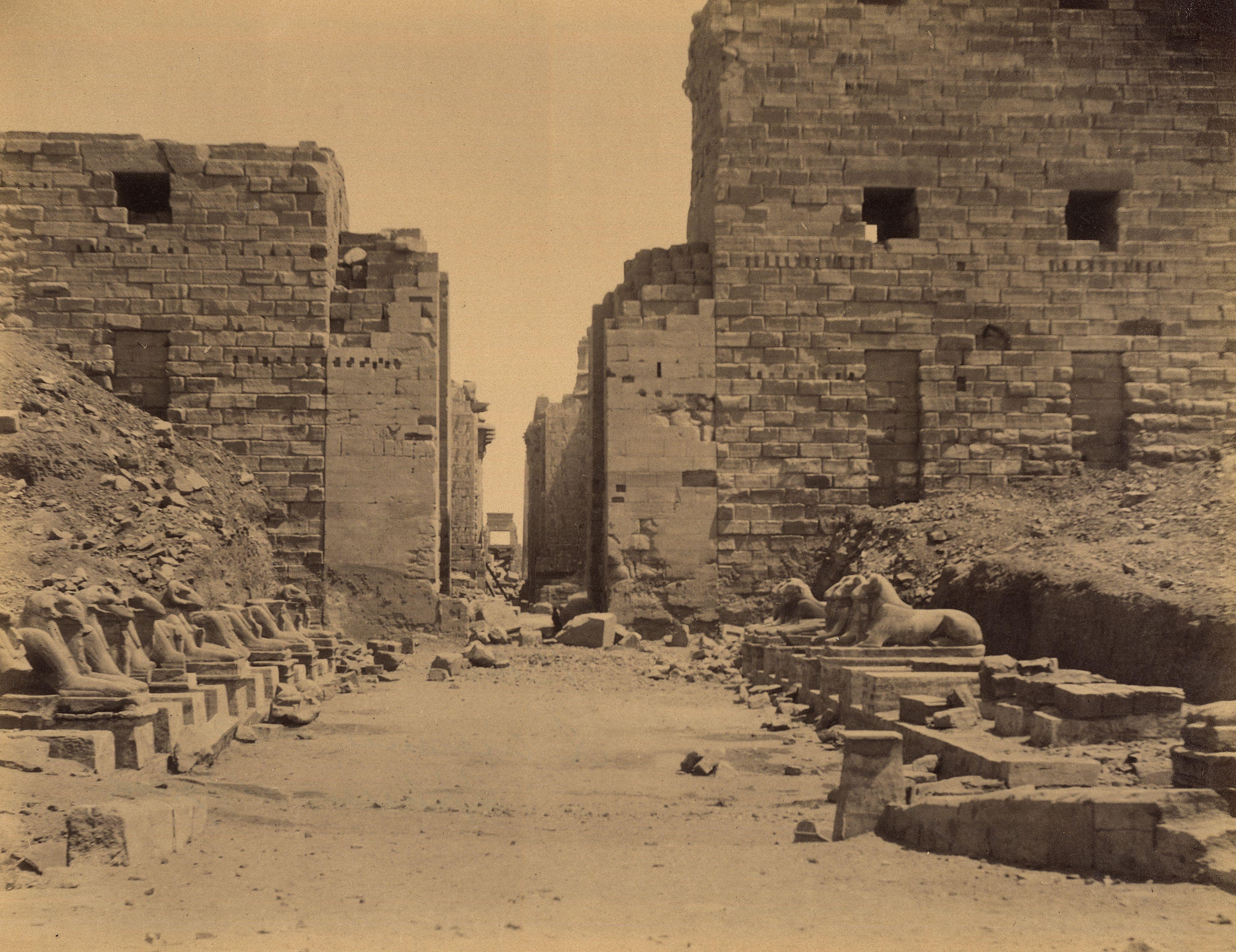 Карнак. Вход в храм Амона с аллеей Сфинксов перед первым пилоном, вид на юго-восток