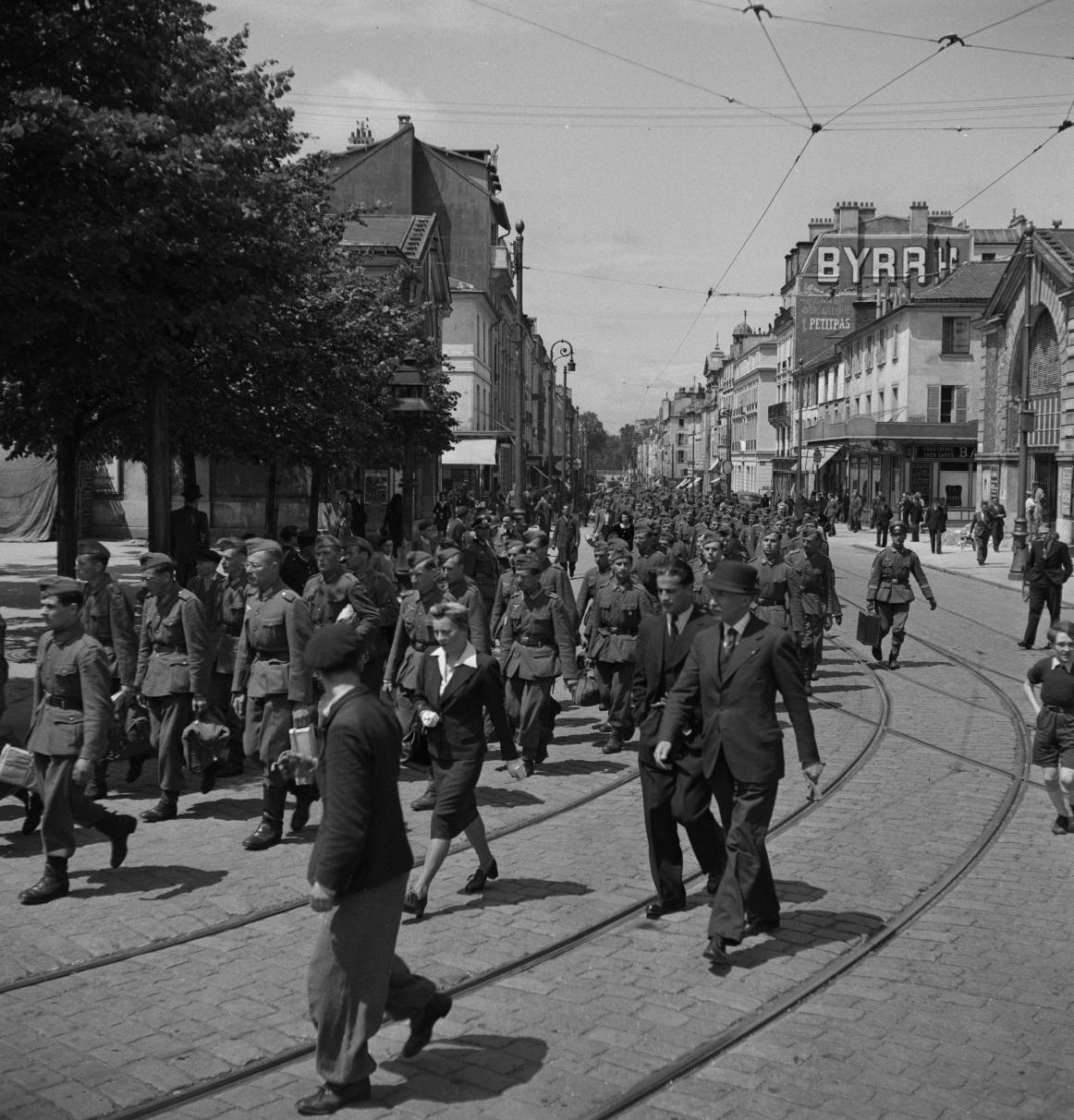 30. Легионеры проходят колонной к вокзалу по городским улицам