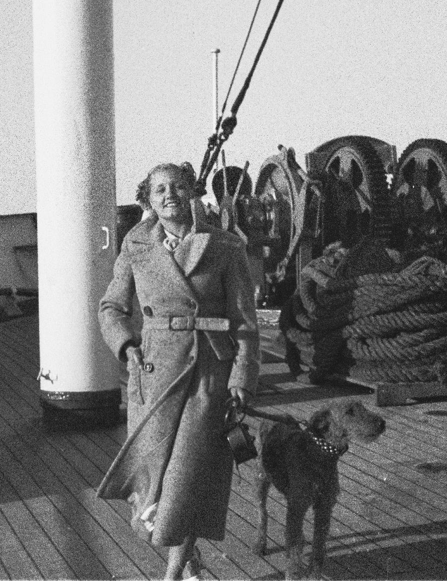 Пассажирка с собакой на верхней палубе