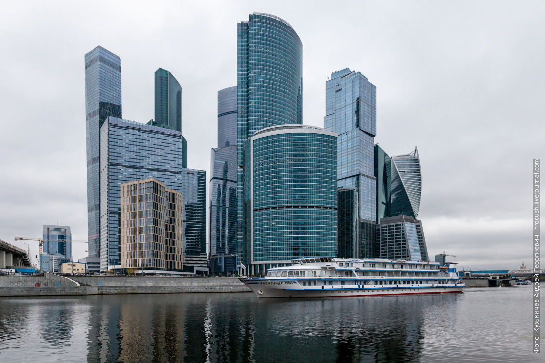 теплоход Александр Грин напротив Москва-Сити