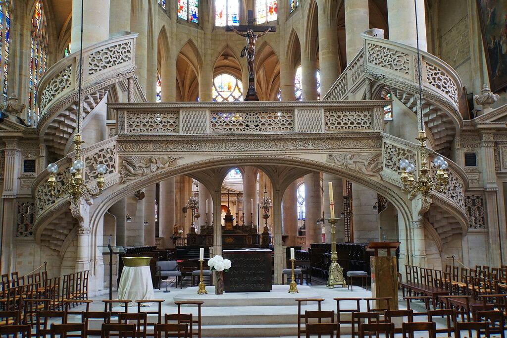 В церкви Сент-Этьен дю Мон