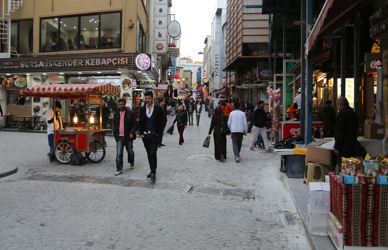 Istanbul. Yeni Cami Caddesi Street)