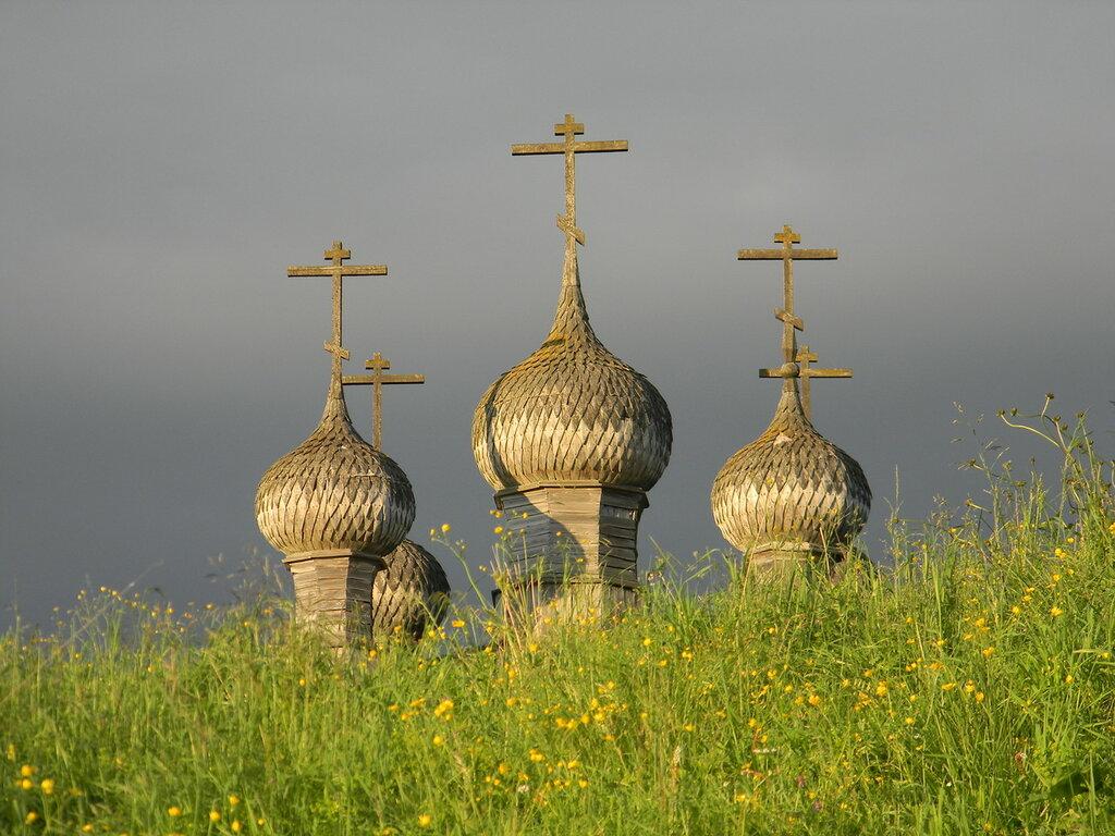 Купола деревянного храма