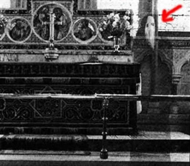 © imgur     В1963 году священник сфотографировал алтарь церкви вСеверном Йоркши