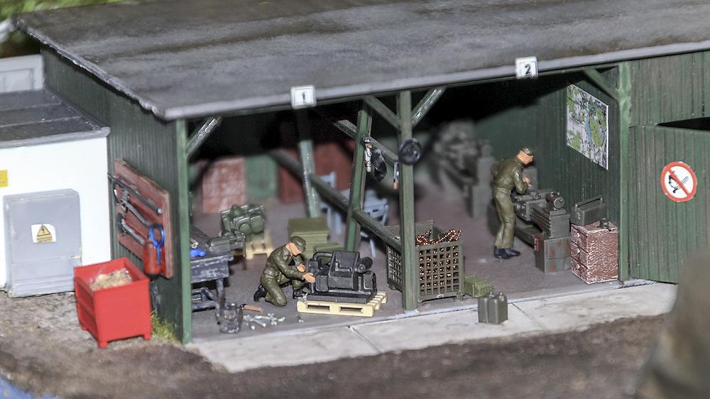 В отдельном гараже - белая техника миротворческих сил ООН.