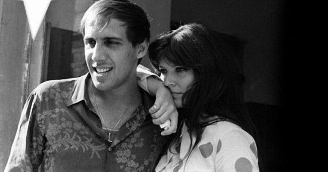Пара тайно расписалась ночью 14 июля 1964 года, чтобы за ними не следили надоедливые журналисты. На