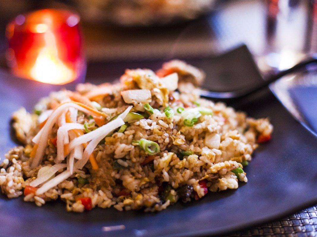 Жареный рис со свежими овощами и мясом — быстрый и вкусный ужин.