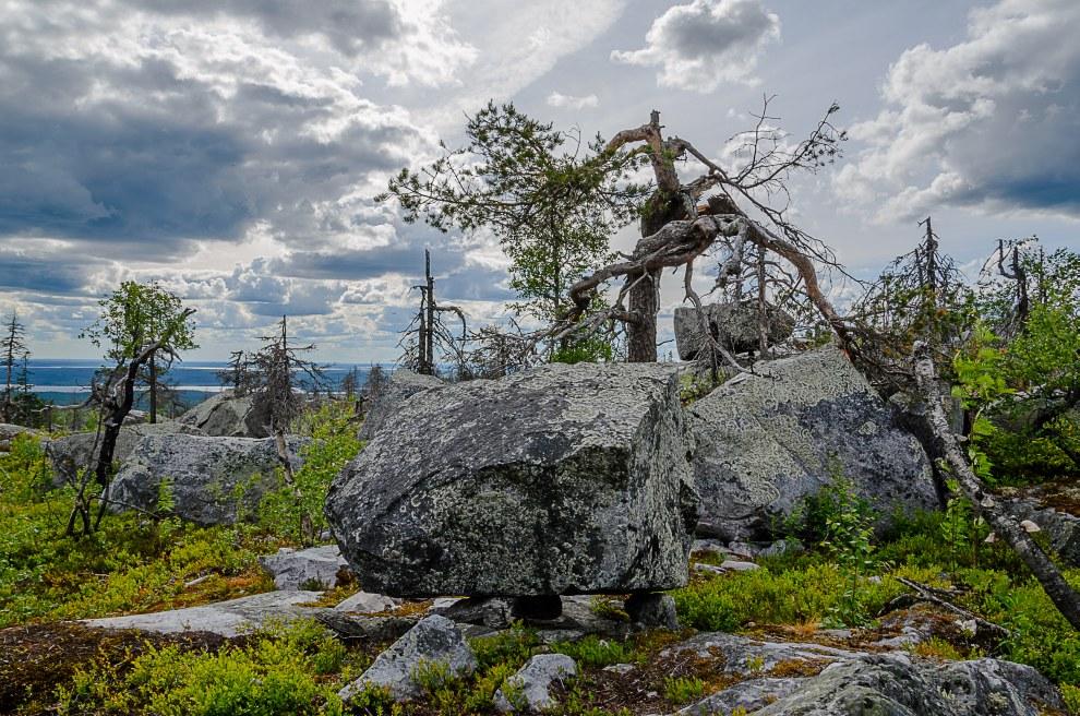 Размер камней различный — от небольших булыжников до огромных валунов, вес которых, по оценкам, исчи