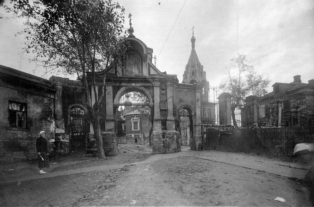 Церковь Никиты Мученика на Вшивой горке. Въездные ворота.jpg