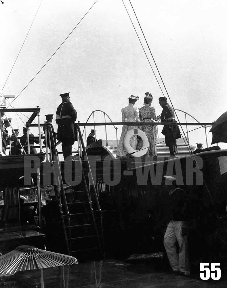 55. Император Николай II в обществе двух дам на борту яхты Александрия. На спасательном круге виден герб Александрии - щит с обнаженным мечом пропущенным через венок белых роз