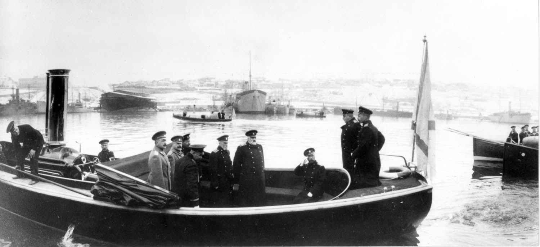 Отход парового катера Кит от пристани. На борту Государь Николай II и сопровождающие его лица. 1916
