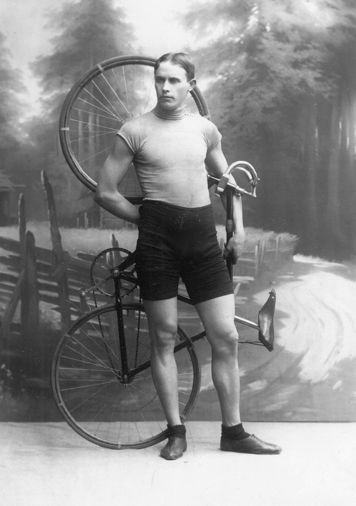 Участник велогонок Крульников с велосипедом