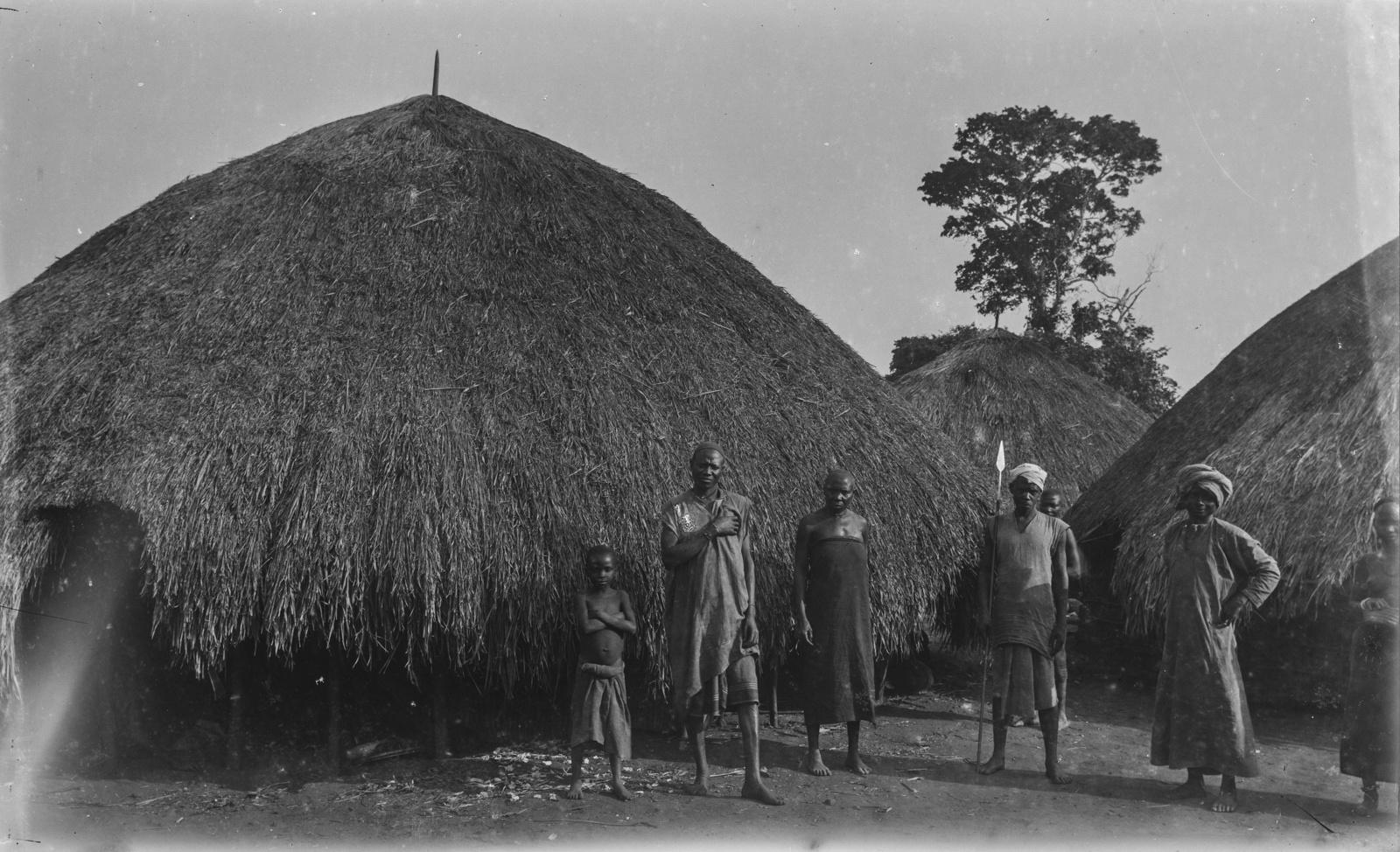 28. Поселение Корогве. Аборигены перед соломенными хижинами Германского общества Восточной Африки