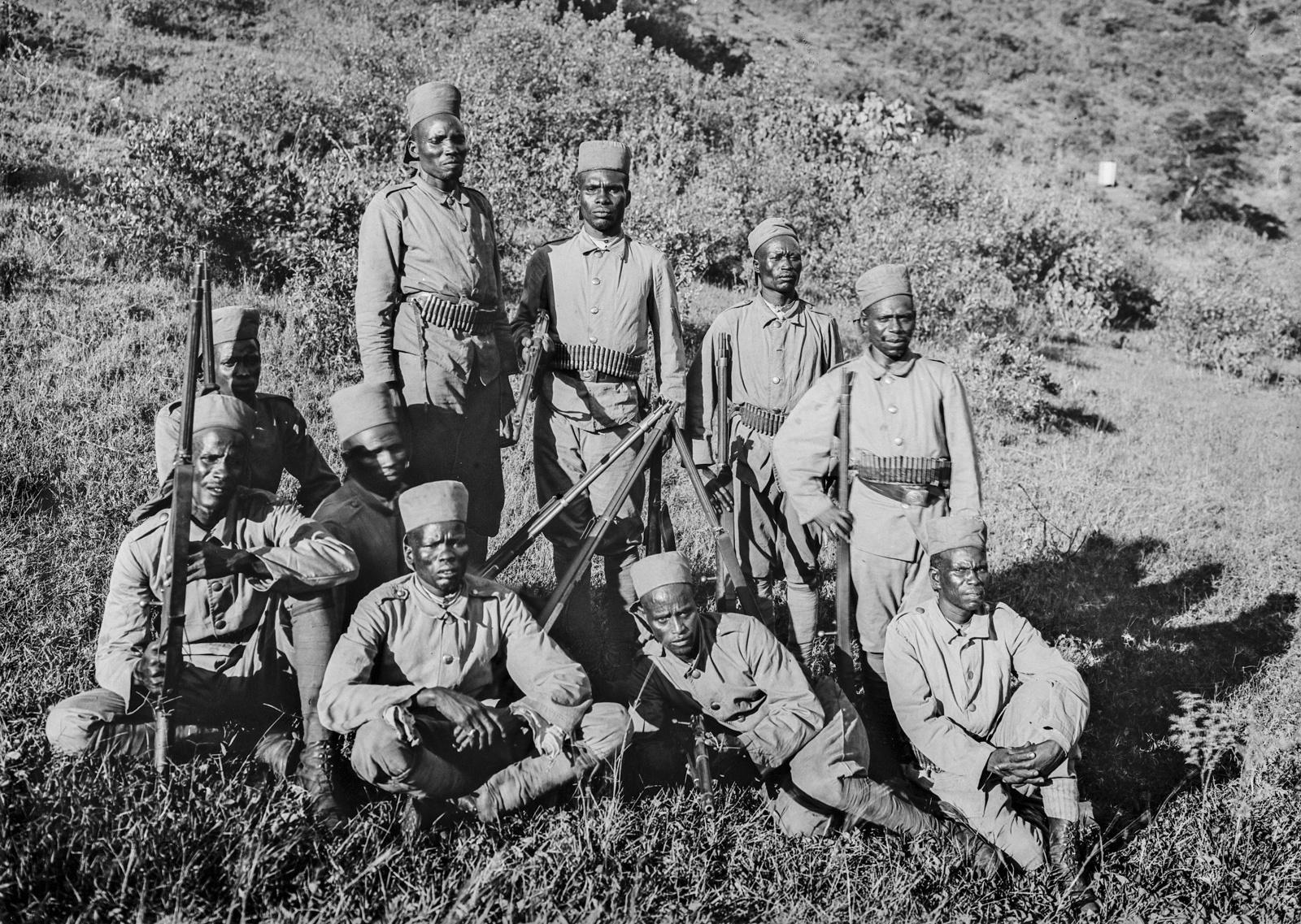 84. Групповой портрет солдат немецких колониальных войск , оснащенных огнестрельным оружием Mauser Model 71