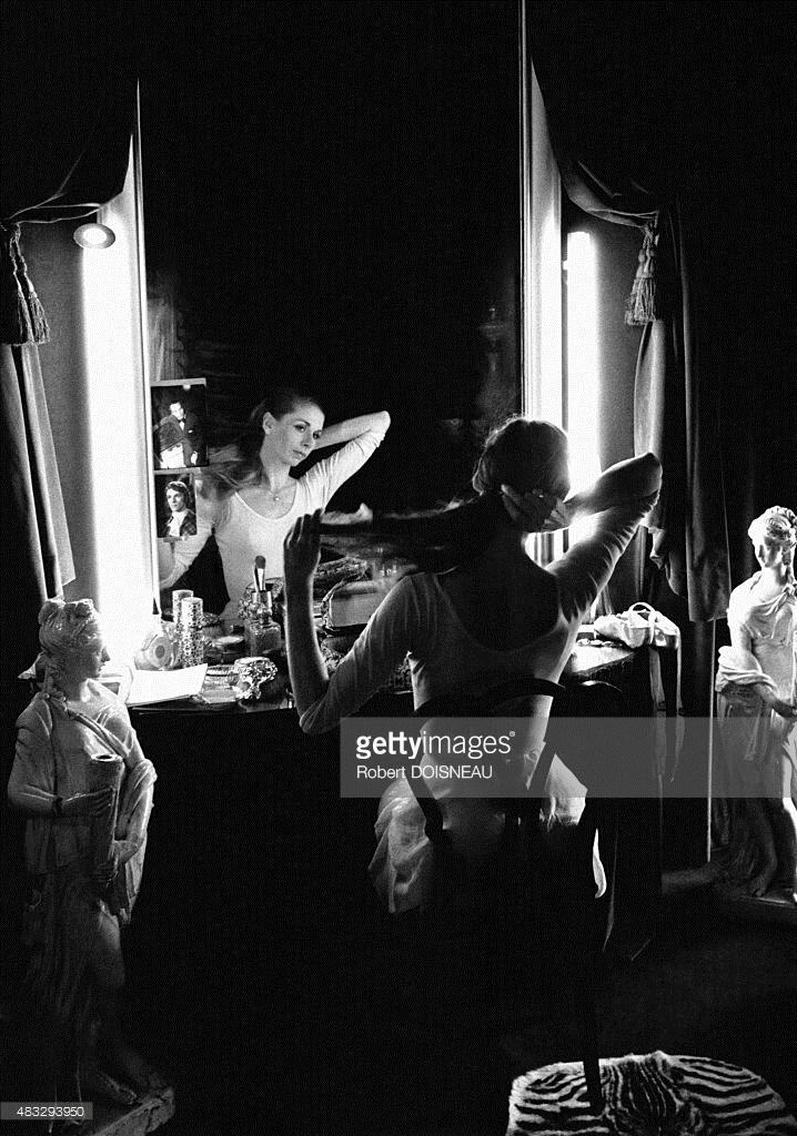 Французская танцовщица  Гилен Тесмар в своей уборной