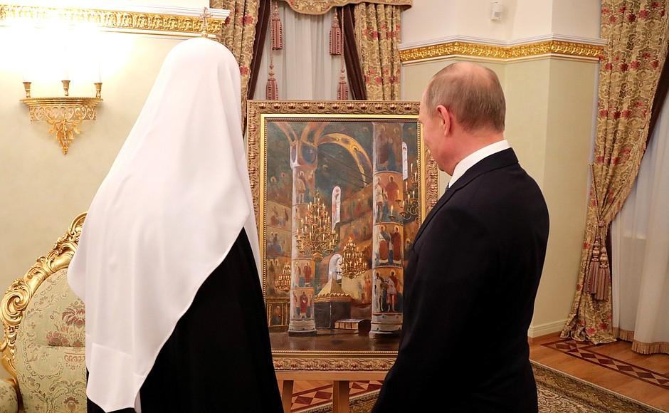 """Президент поздравил Патриарха с днём рождения и подарил ему картину """"Успенский собор Кремля"""", художник – Владимир Лаповок."""