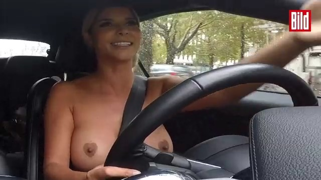 Голая Микаэла Шефер прокатилась по Берлину
