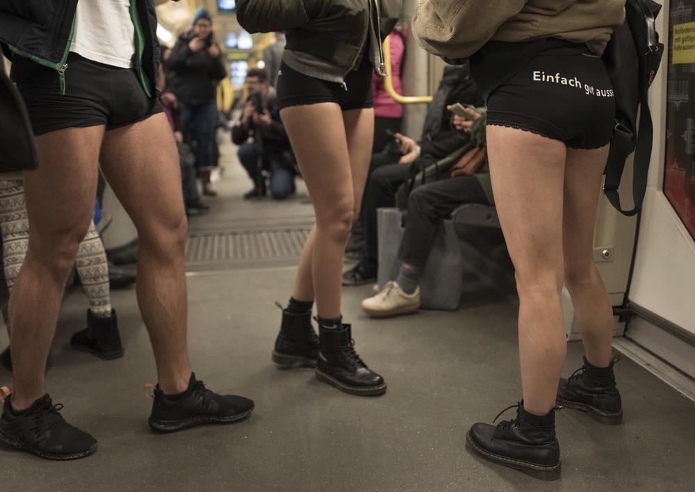 Тысячи людей по всему миру спустились в метро без штанов