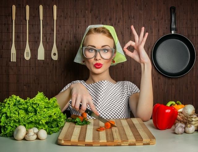 День повара. Повар режет морковку