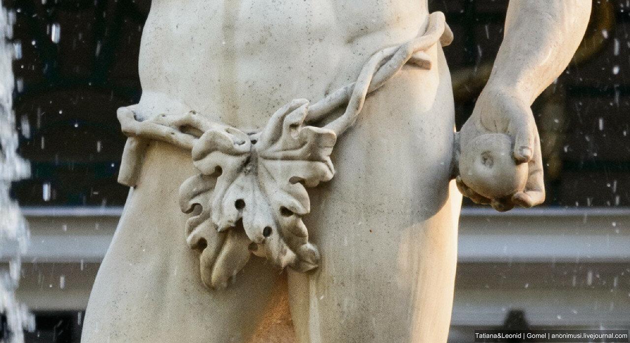 Фрагмент фонтана Адам в Петергофе