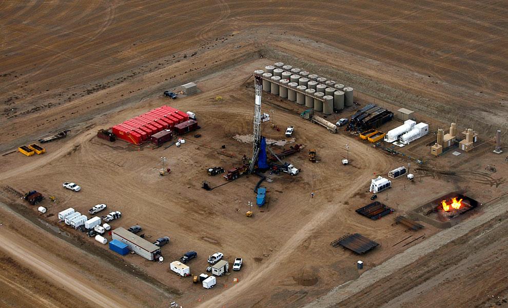 Вид с воздуха поля, усеянные нефтяными вышками. Северная Дакота, в 2009 год: