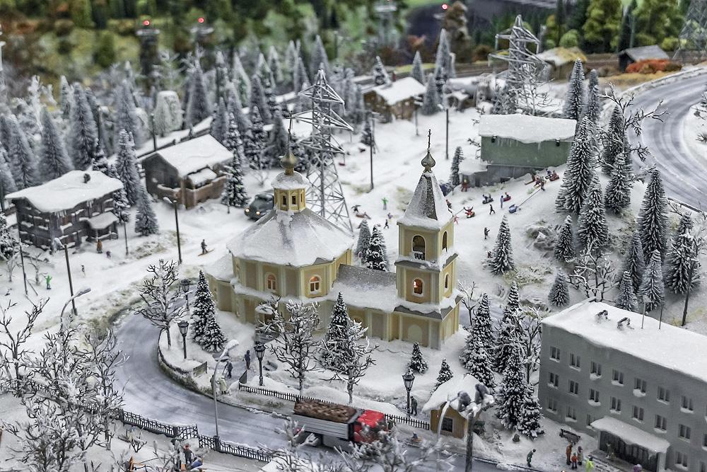 Небольшие домики городка засыпаны снегом.