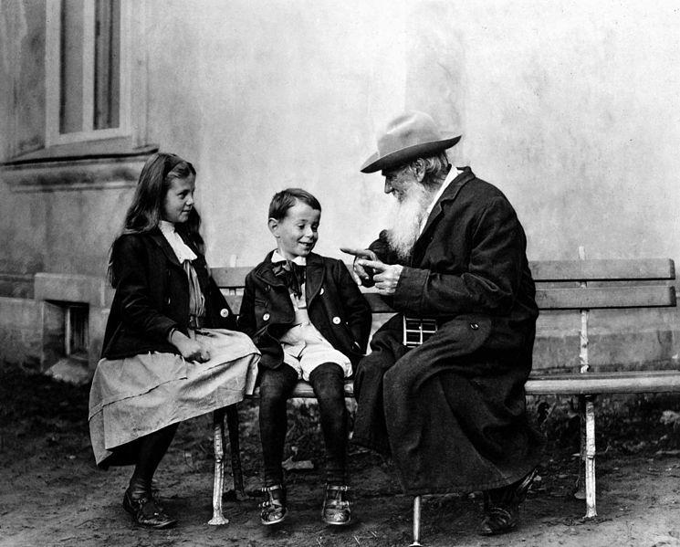 Толстой рассказывает сказку об огурце внукам Ильюше и Соне, 1909 год, Крёкшино, фото В.Г. Черткова.