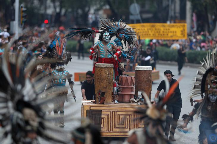 «Катрины» (скелеты женщин в красивых одеждах), дьяволята и люди в масках смерти и национальных костю