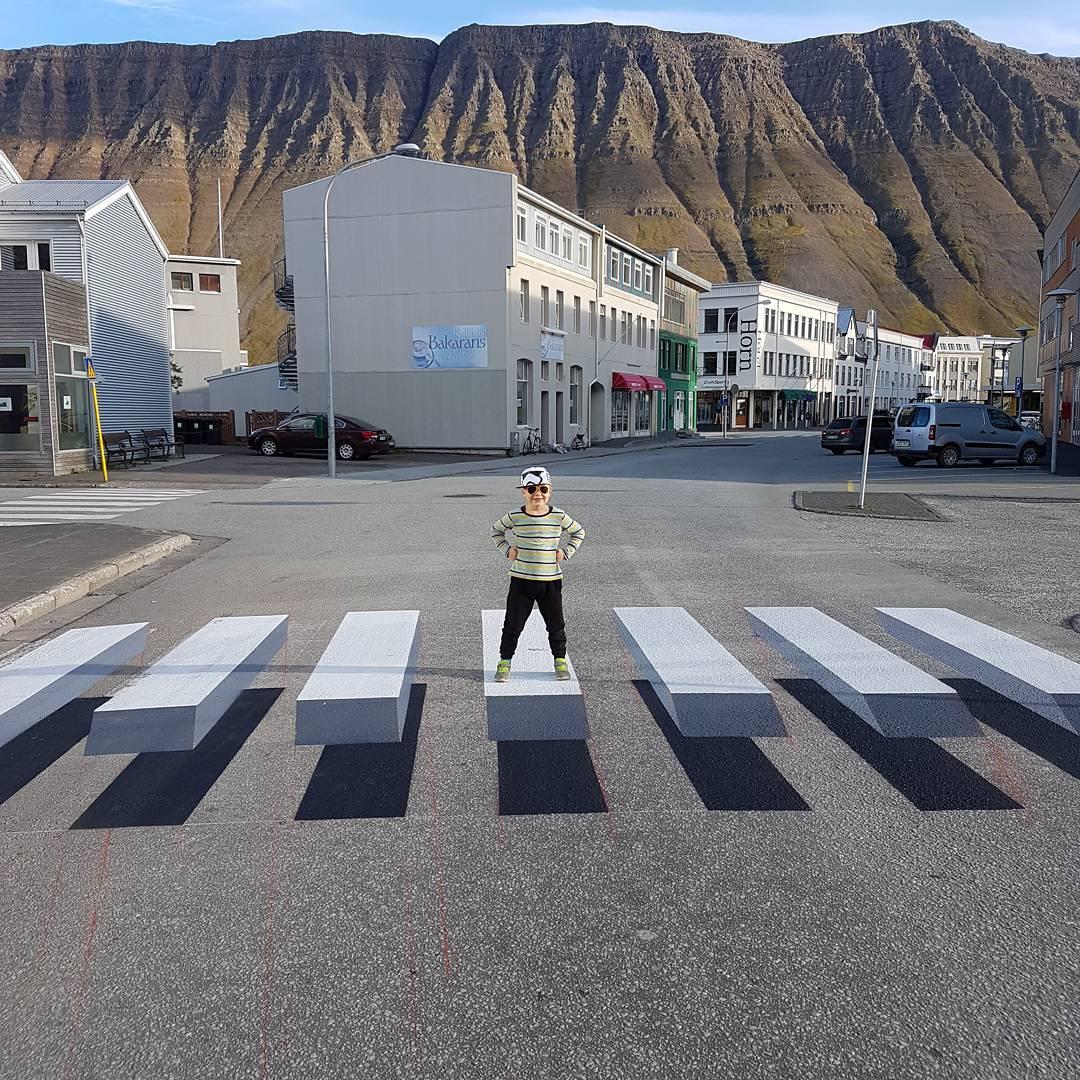 Летающий пешеходный переход в Исландии удивил многих жителей