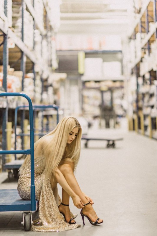Обработанные фотографии.   У Мартин и ее модели было всего около часа до закрытия магазина, что