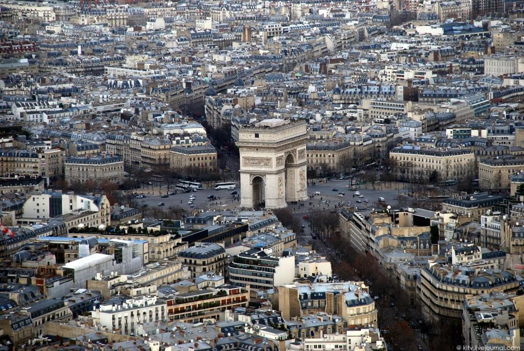 16. Триумфальная арка на площади Шарля де Голля, возведенная по распоряжению Наполеона в ознаменован