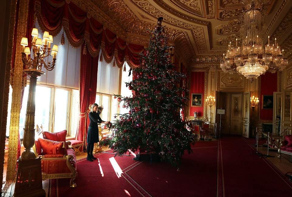 Среди других украшений замка — огромные банты из красного бархата и мерцающая подсветка.